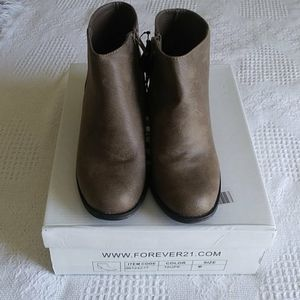 NWT Taupe color boots Size 6